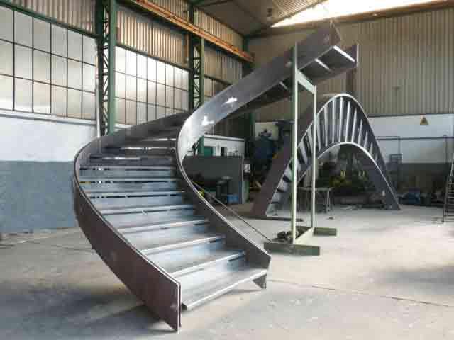 Costruzione rampe di scale per collegamento di 5 piani di - Costruzione scale interne ...